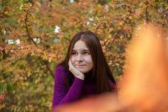 Den härliga emotionella flickan i höst parkerar royaltyfri fotografi