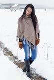 Den härliga ensamma lyckliga flickan med långt svart hår går utom fara frostig vinterdag Royaltyfria Foton