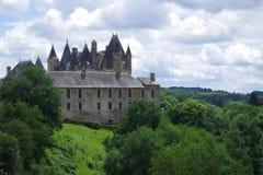 Den härliga fästningen, rockerar överst av en kulle och dolt av en rik omgeende skog royaltyfri fotografi