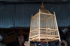 Den härliga fågelburen som är handgjord från bambu som är trä i Thailand Royaltyfri Bild