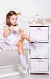 Den förskole- flickan med tea kuper Royaltyfria Bilder