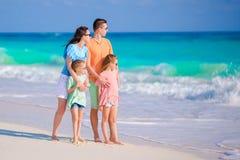 Den härliga familjen har mycket gyckel på stranden Fotografering för Bildbyråer