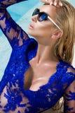 Den härliga fenomenala bedöva eleganta lyxiga sexiga blonda modellkvinnan med perfekt bära för framsida solglasögon står med eleg Arkivbild