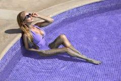 Den härliga fenomenala bedöva eleganta lyxiga sexiga blonda modellkvinnan med perfekt bära för framsida solglasögon står med eleg Fotografering för Bildbyråer