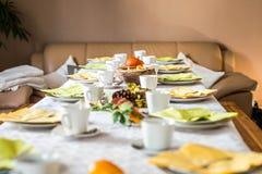 Den härliga festliga matställetabellen som den färgrika gula nedgången helloween pumpagarneringkaffe, rånar tefatplattor och sked Arkivfoto