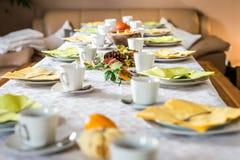 Den härliga festliga matställetabellen som den färgrika gula nedgången helloween pumpagarneringkaffe, rånar tefatplattor och sked Royaltyfria Foton
