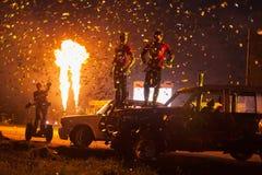 Den härliga finalen med konfettier och brand på festival av konst och filmen hämmar Prometheus Royaltyfri Foto