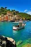 Den härliga fjärden av Portofino, lyxig hamn med fiskeskeppet Arkivbild
