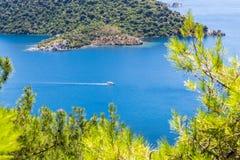 Den härliga fjärden i det Aegean havet med blått vatten och sörjer träd i bergen Royaltyfri Fotografi
