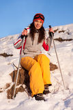 den härliga flickamaskeringen skidar snowdräkten Royaltyfria Bilder