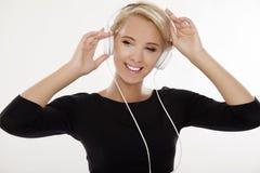 Den härliga flickan är lyssnar till musiken Arkivbilder