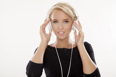 Den härliga flickan är lyssnar till musiken Arkivfoton