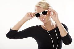 Den härliga flickan är lyssnar till musiken Fotografering för Bildbyråer