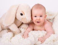 Den härliga flickan behandla som ett barn liggande lyckligt le Arkivfoto