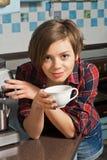 Den härliga flickan dricker kaffe i köket Royaltyfria Foton