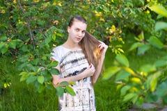 Den härliga flickan fångar solljus på hennes långa hår Arkivfoton