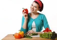 Den härliga flickan förbereder sig att äta åkerbruka produktgrönsaker för ny marknad Salladvege Royaltyfri Fotografi