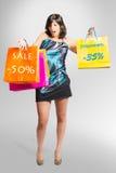 Den härliga flickan går att shoppa Royaltyfri Foto