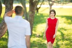 Den härliga flickan går för romantisk tidsbeställning till grabben Fotografering för Bildbyråer