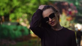 Den härliga flickan går i parkera stock video