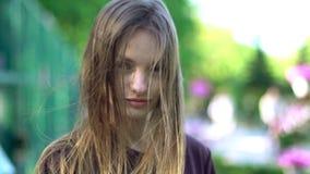 Den härliga flickan går i parkera lager videofilmer