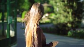 Den härliga flickan går i parkera arkivfilmer