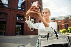 Den härliga flickan gör selfie arkivbild