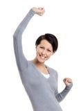 Den härliga flickan göra en gest triumphal nävar Arkivbilder