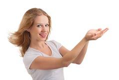 den härliga flickan ger presentation arkivbild