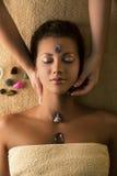 Den härliga flickan har massage med chakra-stenar Fotografering för Bildbyråer