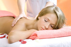 den härliga flickan har massageperiodsbarn royaltyfri fotografi