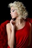 Den härliga flickan i en dräkt av en röd ängel Arkivfoto