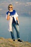 Den härliga flickan i en härlig stucken klänning stil och mode Arkivbild