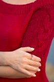 Den härliga flickan i en härlig stucken klänning stil och mode Royaltyfria Foton