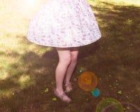Den härliga flickan i en klänning dansar utomhus Arkivfoto