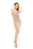 Den härliga flickan i en klänning visar okay fotografering för bildbyråer