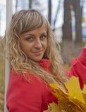 Den härliga flickan i ett rött täcker Royaltyfria Foton