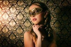 Den härliga flickan i karneval maskerar Royaltyfria Foton