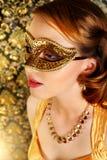 Den härliga flickan i karneval maskerar Royaltyfria Bilder