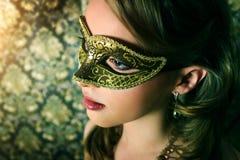 Den härliga flickan i karneval maskerar Fotografering för Bildbyråer