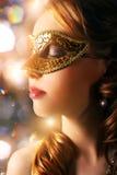 Den härliga flickan i karneval maskerar Royaltyfri Fotografi