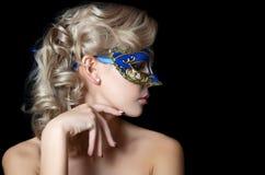 Den härliga flickan i karneval maskerar Arkivbilder