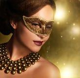 Den härliga flickan i karneval maskerar Royaltyfri Bild