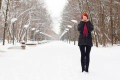 Den härliga flickan i svart står utomhus- på vinterdagen Arkivbilder