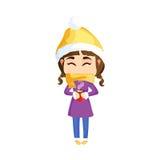 Den härliga flickan i vinterkläder värme sig med en kopp av läckert te Royaltyfri Bild