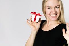 Den härliga flickan jublar gåvan av Arkivfoto