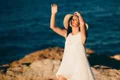 Den härliga flickan kopplar av på vagga på kusthavet royaltyfri foto