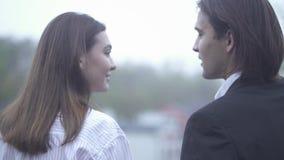 Den härliga flickan kysser hennes pojkvän på kinddet fria grabb, och flickvännen som spenderar tid kopplar ihop tillsammans, förä arkivfilmer