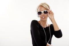 den härliga flickan lyssnar musik till Royaltyfria Foton