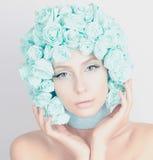 Den härliga flickan med blått blommar på hennes huvud Arkivfoto